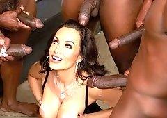 Lisa Ann wird schwarz und bekommt ihre reifen Löcher von einem BBC-Duett DPed