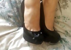 Shoejob and cum on her black high heels
